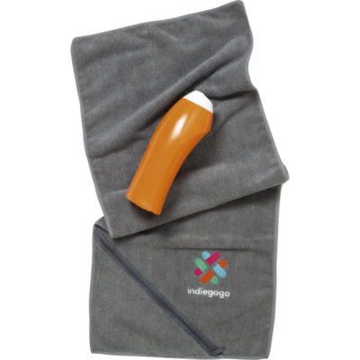 The grey Oblique Sports Towel is made from polyester and polyamide. The towel has a zippered corner pouch.