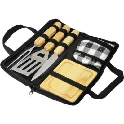 The 6 Piece Braai Set in Carry Bag with a stainless steel knife, fork, spatula all with wooden handles, a wooden chopping board and an oven glove.