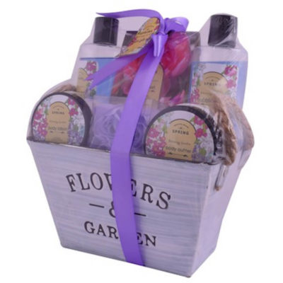 The Flower and Garden Bath includes shower gel, bubble bath, body lotion, body butter, bath salts and soap flower. Packed in a purple tin.